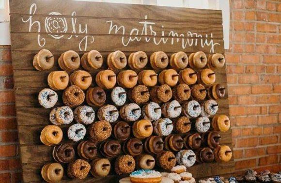 аренда декора, стелаж для пончиков
